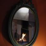 Miroir avec reflet de la cheminée