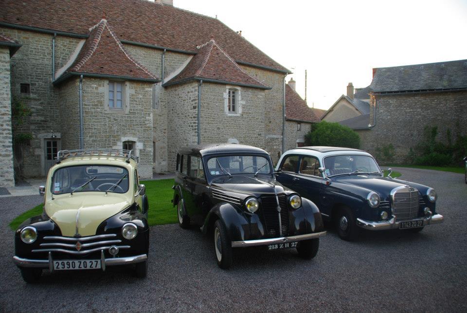 3 autos anciennes dans la cour